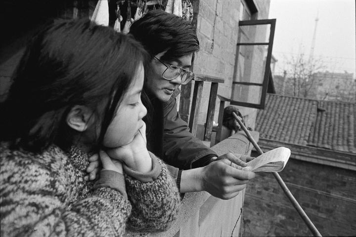 """吕澎在家筹备""""广州双年展"""",吕婧在一旁采气(今天她已成为画廊老板),1992 年2 月"""