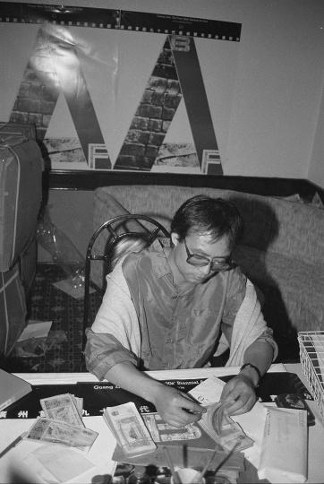 """艺术家张晓刚的作品在""""广州双年展""""上获奖以及奖金,1992年10月,广州"""