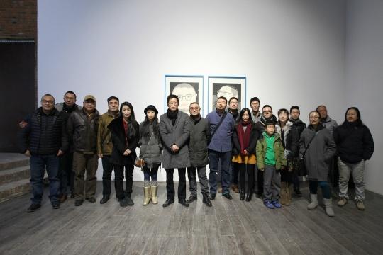 策展人杭春晓、芥墨艺术馆馆长鲁文以及部分艺术家等合影