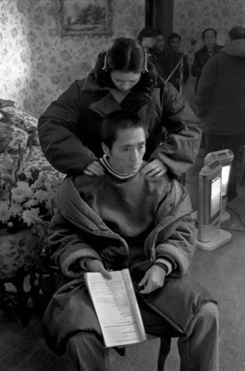 1995年1月,上海,巩俐和张艺谋在《摇啊摇》剧组里