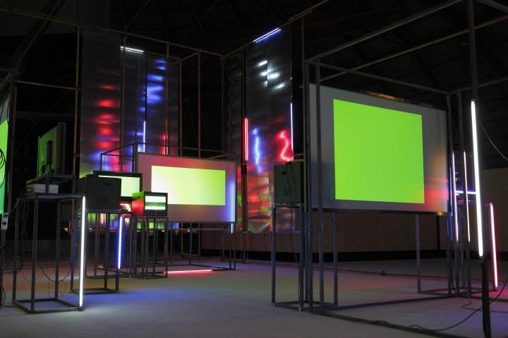 《彩色》,2013 年,9 屏影像装置,刘韡工作室提供图片