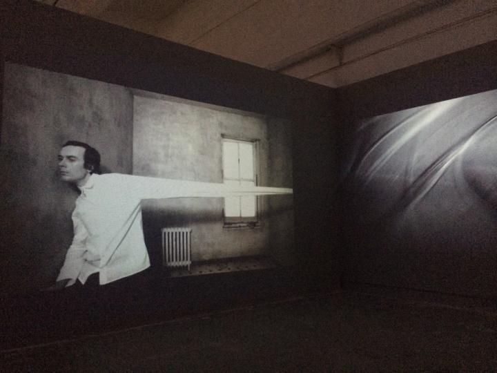 泽拓(日本 b.1977)2012年创作的双屏录像装置作品《线性构造》