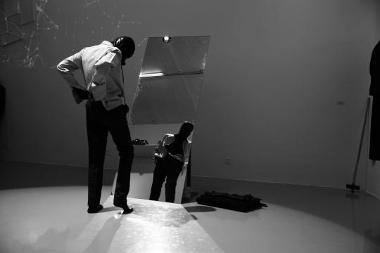 李博在展览现场进行的行为艺术表演