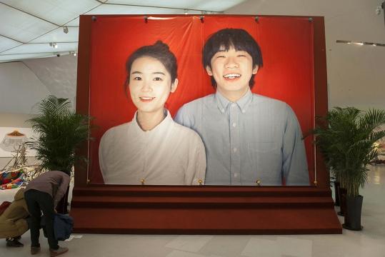 谭天的作品《当代艺术家该如何自我推广—与美术馆合作—CAFAM—认出我》看到它,青春洋溢的幸福感染力扑面而来