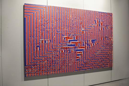毕业于四川美院的90后艺术家徐振邦,将图像不断地篡改,直至失去原本的真实性。进而达到图像自身绘画语言的表面性。