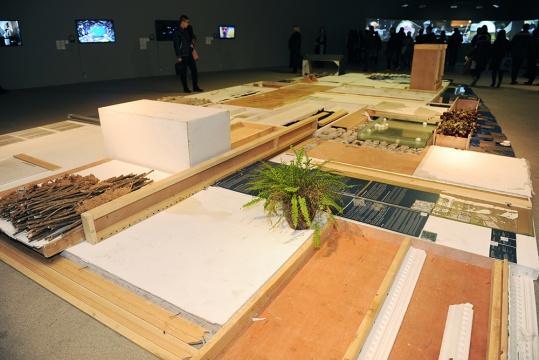 """刚在去年9月星空间做完个展的80后艺术家秦观伟,再次将""""不具收藏""""价值的""""无用之物""""罗列摆放在大家面前。最后所呈现的结构,则不在控制范围之内"""