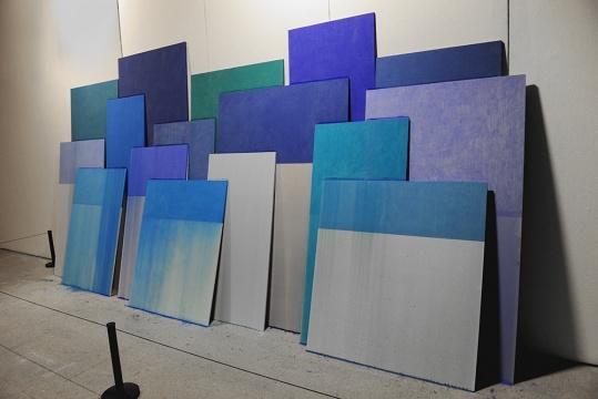 刚在香港贝浩登举办个展的艺术家董大为,依然延续其《尘归尘》系列的作品,通过穷尽笔和木板之间的偶然性来规则的突破