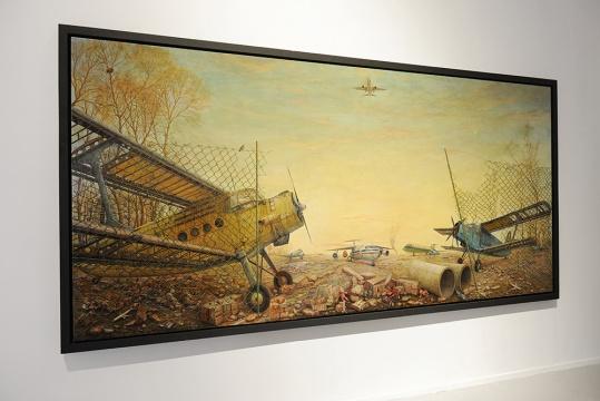 王铮用其极强的绘画表现力,在一个铁锈般的世界里,讲述着一段关于飞机的故事。
