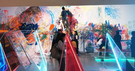从绘画延伸到场域内的装置作品与由公众参与下完成的壁画作品,均围绕着光的方向。这就是艺术家毕蓉蓉寻找与展览空间对话的方式。