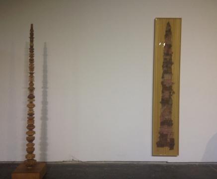 倪有鱼《浮屠》(左) 40x40x232cm 木、钢 2013-2014;《摘星楼》(右) 240x45.5cm 现成品画册、木、树脂、钢铁 2010-2014