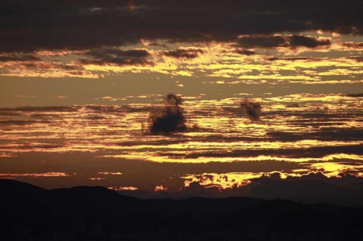 被落日烧红的云
