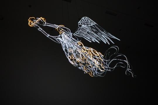 吴达新  《飞天》 750x200x150cm 螺纹钢 LED 灯管 2014