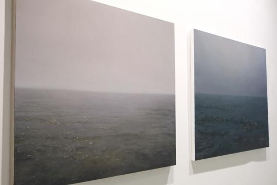 左图:许良 《海—10月8日》  120x140cm  布面油画  2014  右图:许良 《海—10月9日》  120x150cm  布面油画  2014