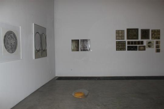 """展览现场,""""鸡蛋""""是迁至草场地后首展中的作品"""