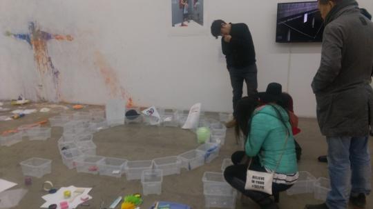 行为现场留下的记录(左);与观众的一件行为作品,观众可在盒子中放置任意物品