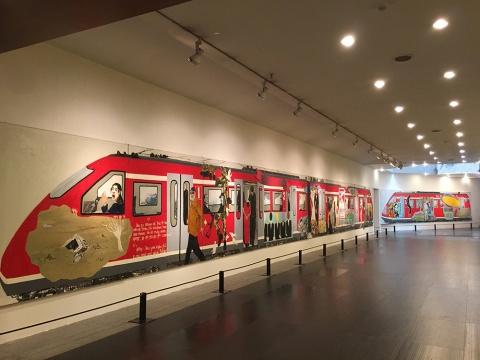 """来自珠海的艺术家李景芳创作的作品《文化列车》 200x3000cm,受启发于涂鸦,延续2004创作的作品,量身定制的这辆""""文化列车"""",会驶去哪里?"""