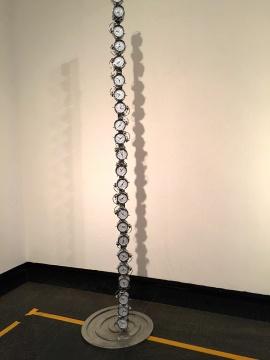 刘佳婧的综合材料装置作品《微微》,由24个闹钟组成的时间柱,每个闹钟对应着世界某一个时区的真实时间,当所有闹钟同时响起时,整个柱子会微微发抖。