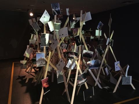 郑龙一海通过互联网互动方式,散播方案于国内外社交网络,收集而来的《时空切片》,来自不同地域空间的志愿者在预设时间所拍摄下来的照片。