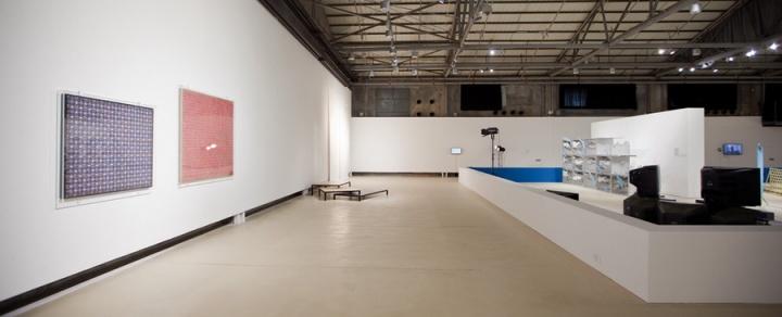 """2012年,由刘鼎、卢迎华和苏伟三人组成的策展团队提出""""偶然的信息:艺术不是一个系统,不是一个世界""""作为第七届深圳雕塑双年展的题目。"""