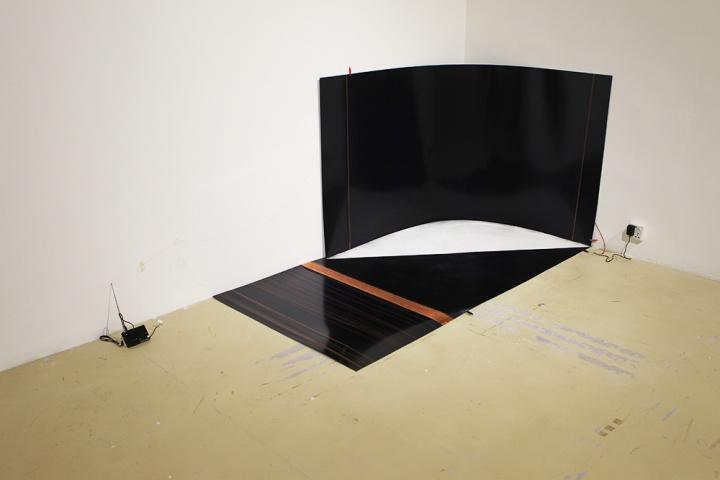 钱喂康 《模仿:白色 面积54㎡》 作品利用电流的传送将铁板、石膏粉、收音机通过裸露的电线串联起来。