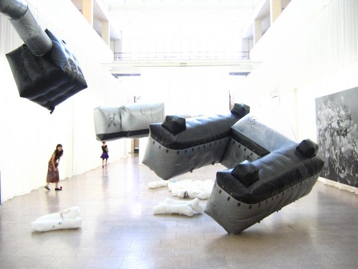"""柳淳风2007年在韩国国立美术馆策划的""""浮游——中国艺术新一代"""",当时带去了80多位艺术家"""