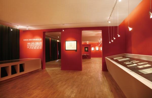 """2010年,""""1955-1975:肖像20年""""展览现场,无论是展览风格,还是展览内容,HDM画廊都更像是一个资深的大陆美术馆而不像一个外国人开在中国的画廊"""