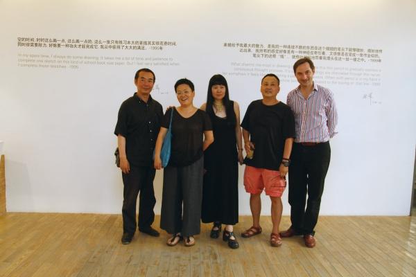 在2011年蔡锦纸上作品的展览现场,隋建国、林天苗、蔡锦、王功新与Hadrien合影