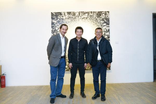 """2013年,HDM画廊""""陆超个展""""现场,画廊主、艺术家与刘小东"""