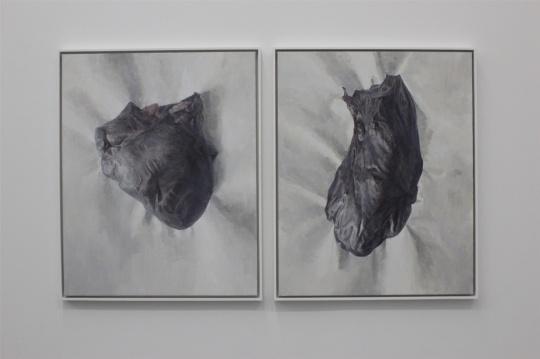 """观展终点,两件与小展厅中作品""""气质""""不同的作品,像是肝脏器官"""