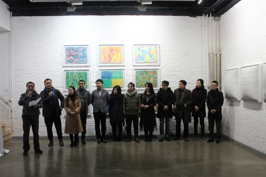 展览开幕现场,桥舍画廊负责人邹伟明(左一致辞者)与参展艺术家