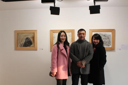 王筠在作品前与观众合影