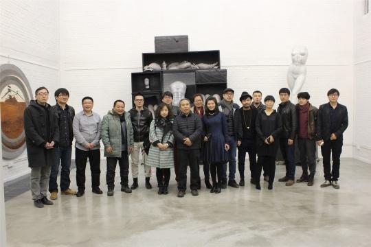 12位艺术家及志愿者、央美领导、一方空间负责人合影