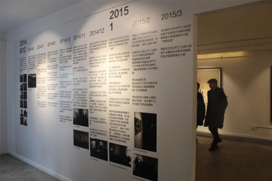 展厅入口展墙提示着12位艺术家的驻留经历、作品情况