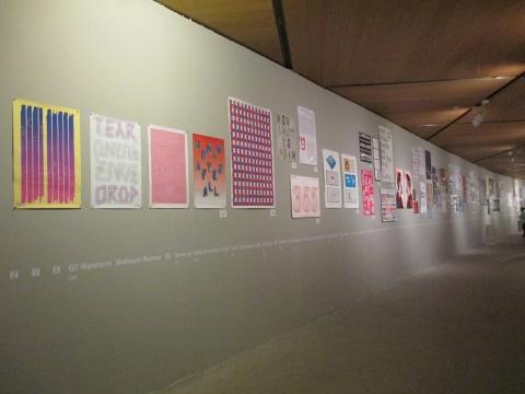 一侧的展墙陈列着外文字