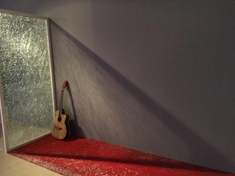 """程然 《电话亭情事》 曾于2014年在LEO XU PROJECTS举办个展  还记得去年的九月,同一件作品,以上海电话亭为叙述对象,一只吉他,开始了它的""""情事""""。"""