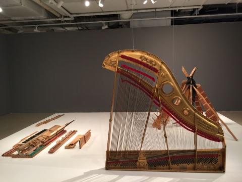 """程然 《生于旷野》 装置 2013  灵感来自于贝多芬奏鸣曲辑的封面,通过""""绘画——雕塑——声音""""之间的转换,无形的音乐得以视觉物化。"""