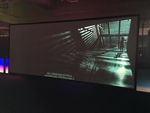 """程然 《信》  二十五频道录像及灯箱装置 6分26秒 2014一封来自网络的垃圾邮件,程然选择了""""信"""",随之而来的对白和城市的独孤感,在刘嘉玲的诠释下得到了最大化的升华。程然说:""""以此为由,希望以一部电影装置的形式去重现这一从未出现的时刻,来说物质生活和精神世界间的关系。"""""""