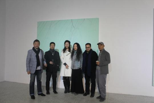 艺术家张洹(右1)、策展人夏可君(右2)、艺术家胡军军(右3)及嘉宾合影