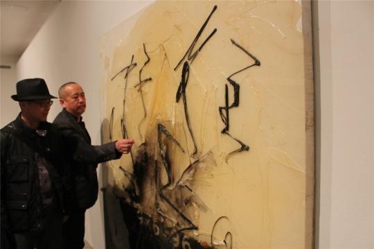 展览现场,王华祥与批评家高岭在作品前交流
