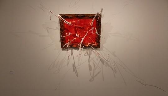 2007年作品《太阳系列-白》 有力的线条冲出画框