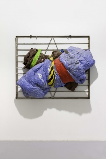 《Angela De La Cruz + Peter Buggenhout + Phillip King》 120×140×50cm 被子,胶带,金属防护栏,水泥 2014