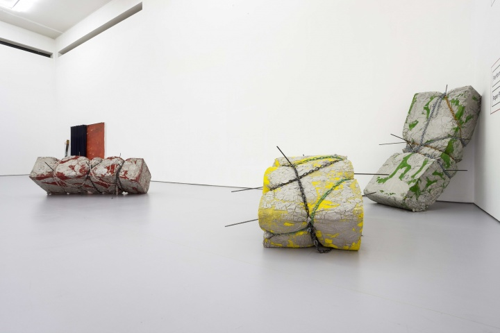 《Erika Hock + Robert Breer + Esther Klas + Hassan Sharif》 160×150×225cm(绿色) 95×180×207cm(黄色yellow) 130×140×220cm(红色) 海绵,铁链,油漆,水泥,铁棍 2014
