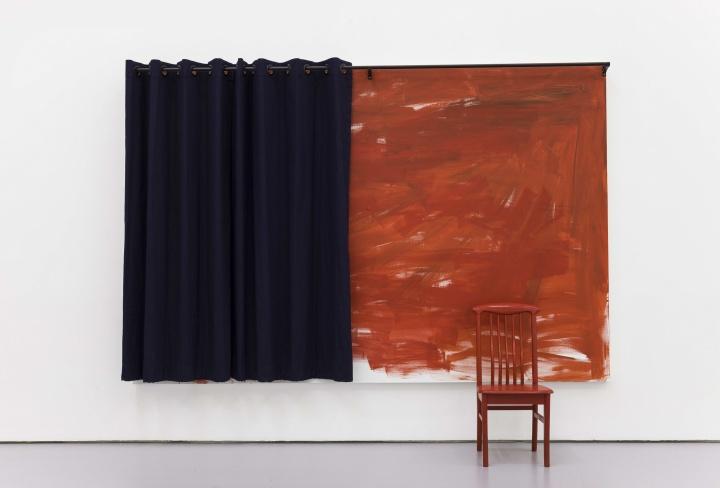 《John Zurier + Koji Enokura + Tom Burr》 200×300cm(画布) 88×43×43cm(椅子) 布面丙烯,窗帘,椅子 2014