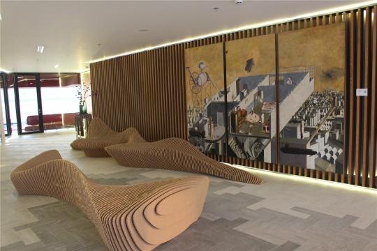 唐晖作品与瓦楞纸的雕塑相得益彰