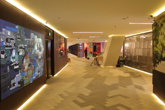展览现场 作品布满长长的走廊