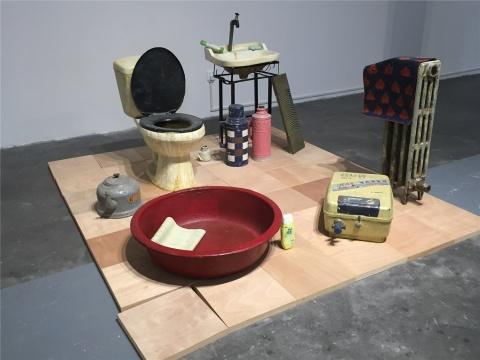 仇晓飞装置、综合材料、绘画《样板间-厕所》