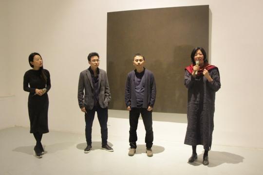 策展人王澈(左二)、艺术家张震宇(右二)、学术主持廖雯(右一)