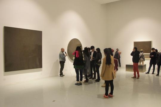 一层展厅架上《灰尘系列》作品,通过镜面反射效果,你看到了什么?
