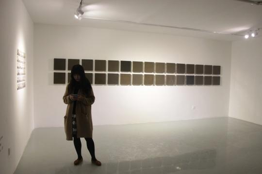 二层展厅每一个城市的灰尘被制作成一块30x30cm大小的镜面作品