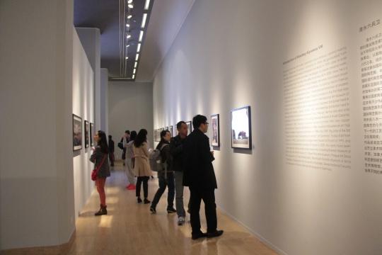 文献厅,集中呈现了四位艺术家创作历程的作品图片、文献资料